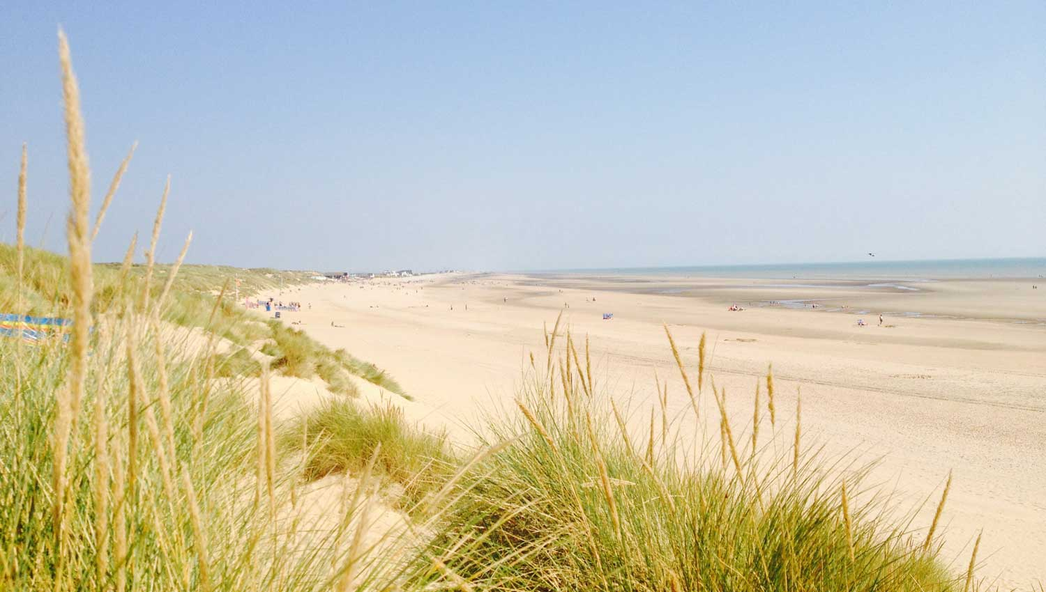 Owlers Retreat Camber Sands Holiday Cottage - Slider - 7km stretch of golden sand 1 minute walk along a sandy lane